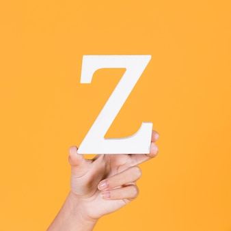 Nahaufnahme einer hand, die das alphabet z hält
