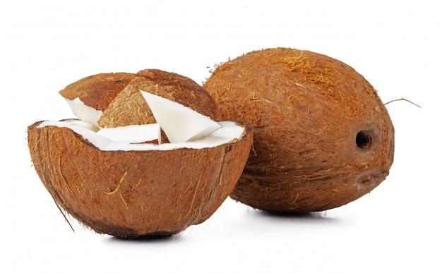 Nahaufnahme einer in stücke gerissenen kokosnuss