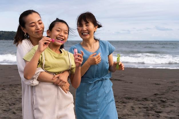 Nahaufnahme einer japanischen familie, die spaß hat