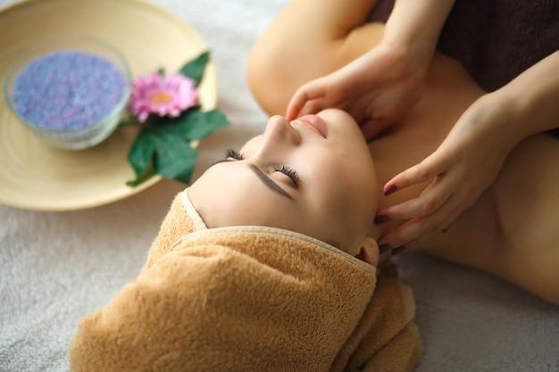 Nahaufnahme einer jungen frau, die badekur am schönheits-salon erhält.