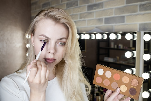 Nahaufnahme einer jungen frau, die make-up in einem schönheitsstudio trägt