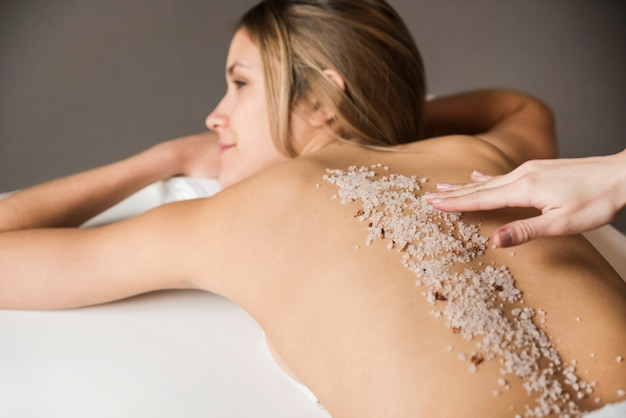 Nahaufnahme einer jungen frau, die peelingbehandlung im badekurort hat