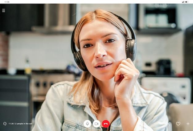 Nahaufnahme einer jungen geschäftsfrau, die einen arbeitsvideoanruf hat, während sie zu hause bleibt. neuer normaler lebensstil. unternehmenskonzept.