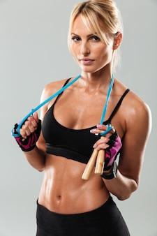 Nahaufnahme einer jungen gesunden sportlerin, die aufwirft