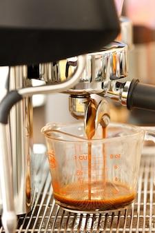 Nahaufnahme einer kaffeemaschine Premium Fotos