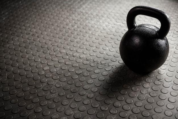 Nahaufnahme einer kettlebell im crossfit-fitnessstudio