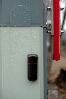 Nahaufnahme einer komponente von einer automatischen barriere. fernbedienungssignalempfänger