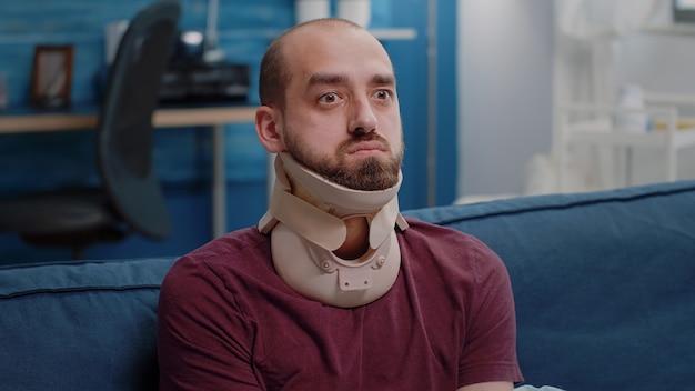 Nahaufnahme einer kranken person mit halskragen gegen wirbelverletzungen