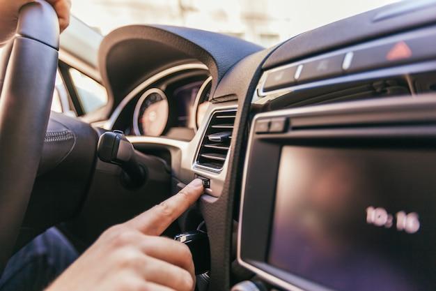Nahaufnahme einer männlichen hand in einem modernen auto