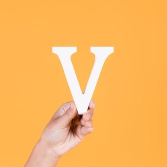 Nahaufnahme einer menschlichen hand, die den großbuchstaben k hält