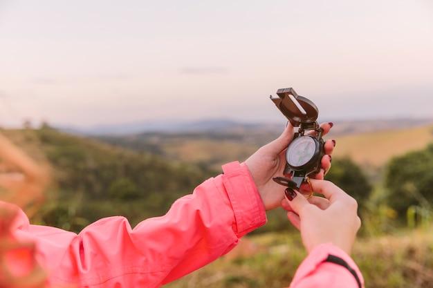 Nahaufnahme einer menschlichen hand, die kompass hält