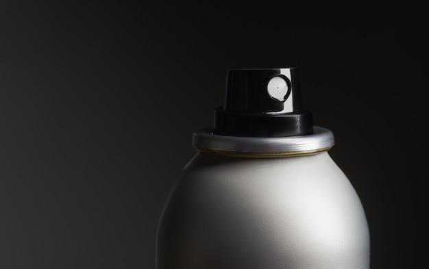 Nahaufnahme einer metallflasche mit spray