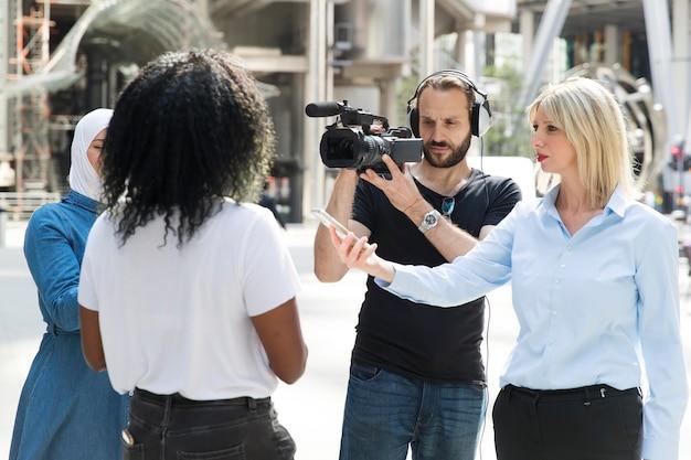 Nahaufnahme einer person, die ein interview anbietet