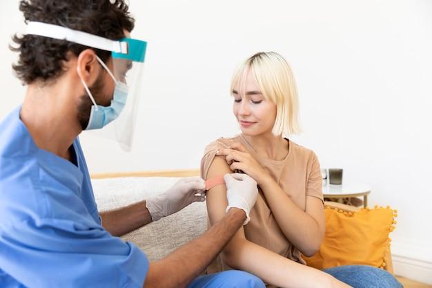 Nahaufnahme einer person, die geimpft wird