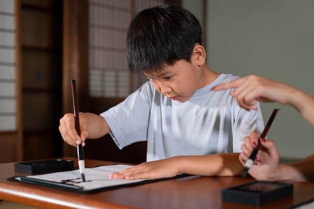 Nahaufnahme einer person, die japanische kalligraphie macht, genannt shodo