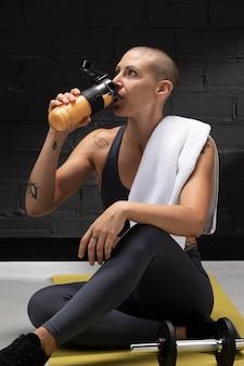 Nahaufnahme einer person, die saft von nahrungsergänzungsmitteln trinkt