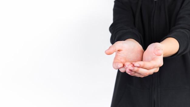 Nahaufnahme einer person mit schalenförmigen händen