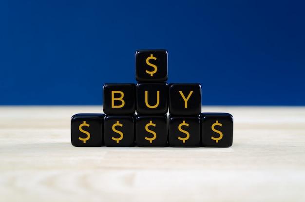 Nahaufnahme einer pyramide von schwarzen würfeln mit golddollarzeichen und text kaufen auf ihnen. kaufauftragskonzept für finanzpapiere.