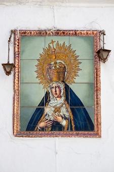 Nahaufnahme einer religiösen frauenfigur von mary auf azulejo-fliesen.