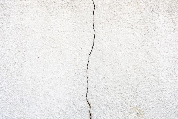 Nahaufnahme einer rissigen und verwitterten betonwandbeschaffenheit