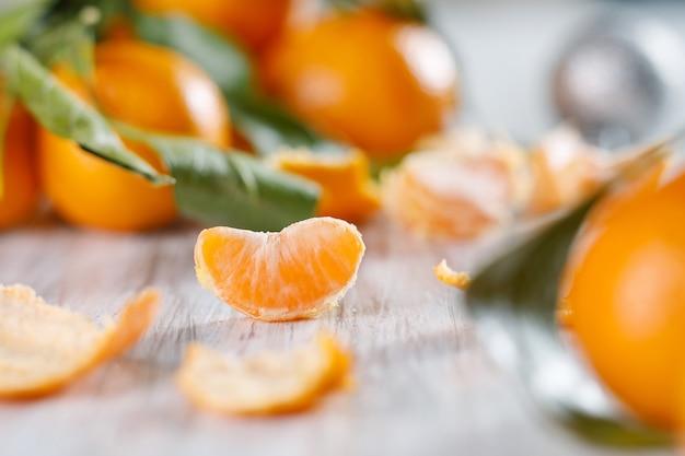 Nahaufnahme einer scheibe mandarine. selektiver fokus, geringe schärfentiefe