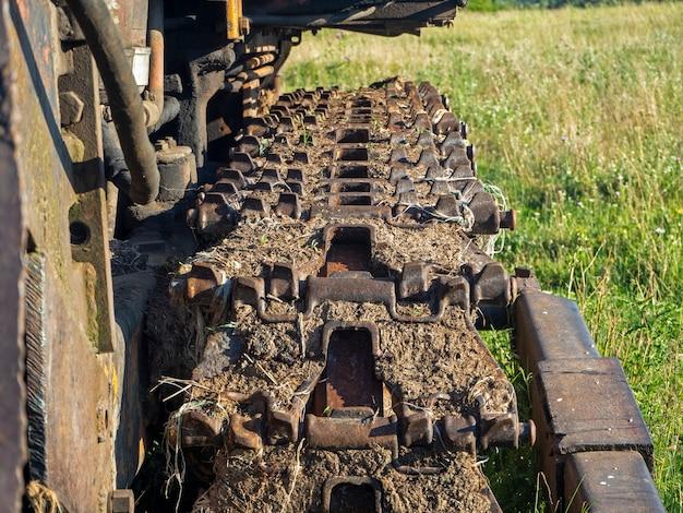 Nahaufnahme einer schmutzigen traktorspur. ländliche ausrüstung