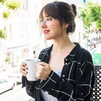 Nahaufnahme einer schönheit, die tasse kaffee hält