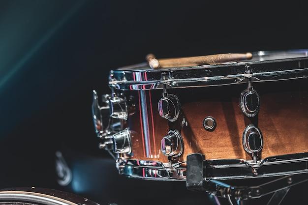 Nahaufnahme einer snare drum, schlaginstrument auf dunklem hintergrund mit schöner beleuchtung, kopierraum.