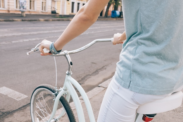 Nahaufnahme einer sportfrau auf einem fahrrad in einer stadt