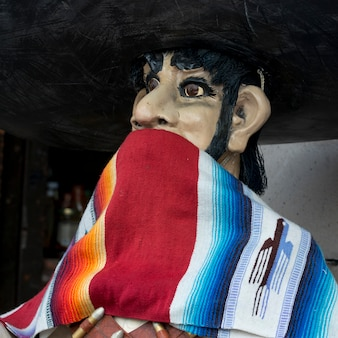 Nahaufnahme einer statue mit schal, zona centro, san miguel de allende, guanajuato, mexiko