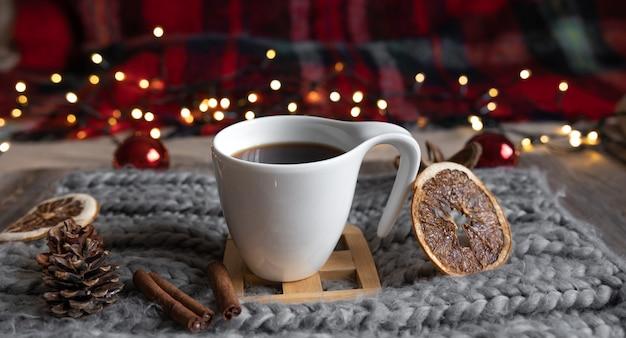 Nahaufnahme einer tasse tee auf einem unscharfen hintergrund mit bokeh-lichtern