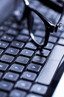 Nahaufnahme einer tastatur und der gläser
