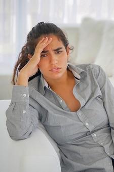 Nahaufnahme einer traurigen und depressiven frau tief in gedanken versunken