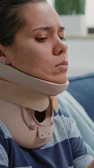 Nahaufnahme einer verletzten frau mit nackenschaum