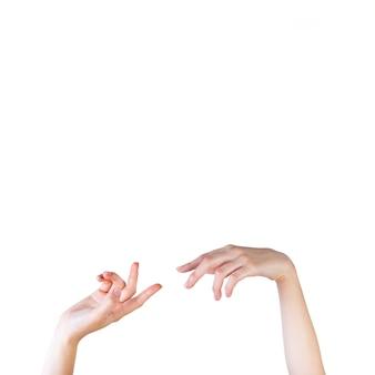 Nahaufnahme einer weiblichen hand, die auf weißen hintergrund gestikuliert