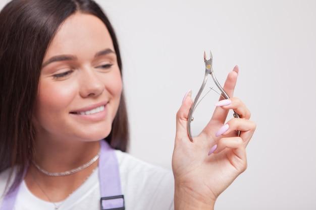 Nahaufnahme einer weiblichen maniküre mit nagelzange