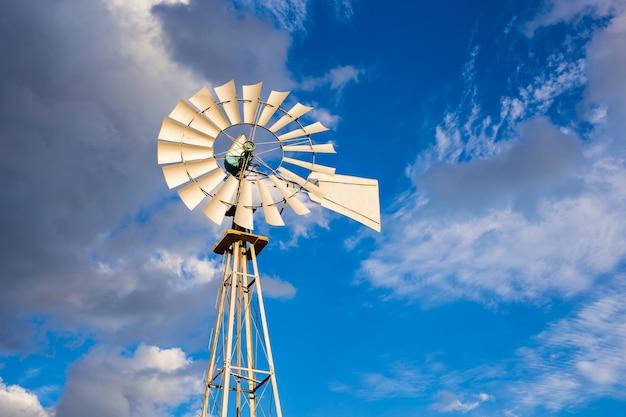 Nahaufnahme einer windmil und des blauen himmels.