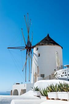 Nahaufnahme einer windmühle in oia - santorini