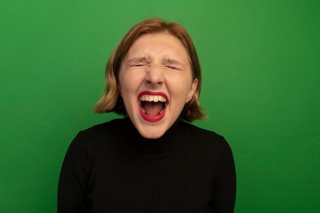 Nahaufnahme einer wütenden jungen blonden frau, die mit geschlossenen augen schreit