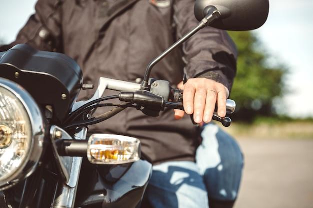 Nahaufnahme eines älteren mannes, der motorrad auf der straße steuert?