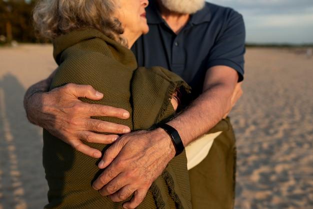 Nahaufnahme eines älteren paares, das sich umarmt