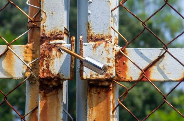 Nahaufnahme eines alten rostigen metallvorhängeschlosses, im flachen fokus.