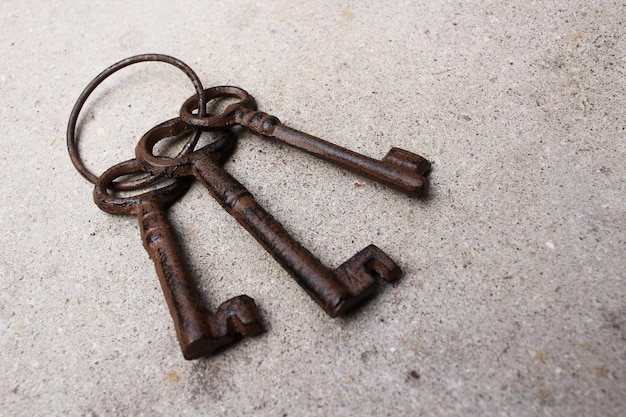 Nahaufnahme eines alten schlüssels der weinlese auf dem boden