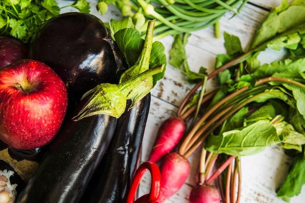 Nahaufnahme eines apfels auberginen und radieschen