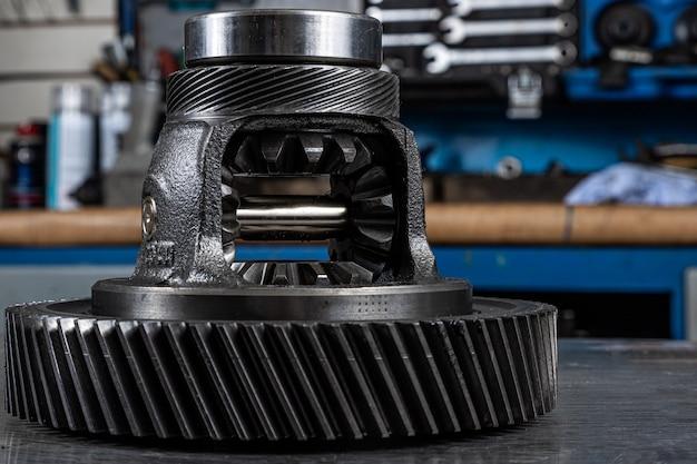 Nahaufnahme eines auto-getriebes. metallisch glänzende zahnräder für planetenschaltung. industrielle metallzahnräder für den hintergrund