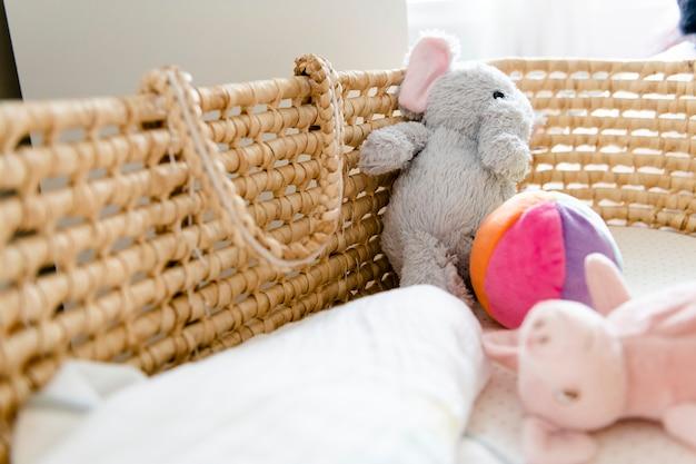 Nahaufnahme eines babykorbs und der spielwaren