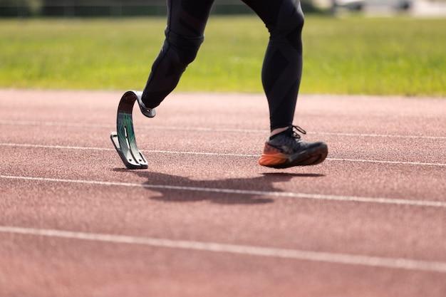 Nahaufnahme eines behinderten athleten beim laufen