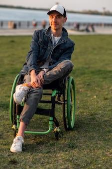 Nahaufnahme eines behinderten mannes im rollstuhl im freien behinderter junger mann mann auf rollstuhlwiederherstellung und gesundheitskonzepte hochwertiges foto