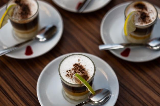 Nahaufnahme eines besonderen kaffees der kanarischen tradition aus kaffee, milch, kondensmilch und alkoholischem rum