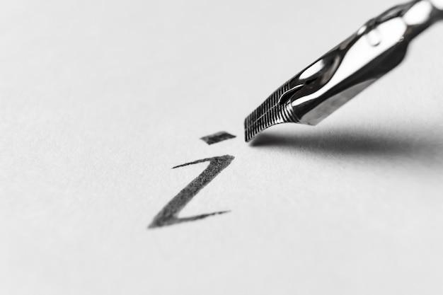 Nahaufnahme eines blattes papier mit einem schriftlichen brief